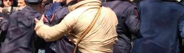 Morali i çarmatosur i deputetëve me kobure në brez